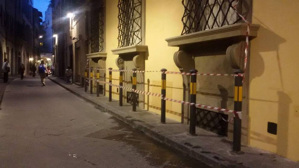Borgo Pinti, paletti anti sosta «Ma i pedoni come passano ...