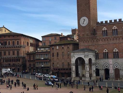 Siena, giovane donna si butta giù dalla Torre del Mangia